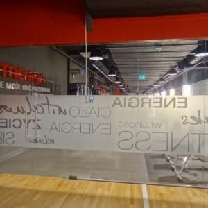 szklane drzwi w klubie fitness