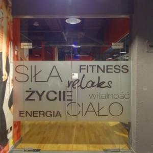 Drzwi ze szkla hartowanego w klubie fitness