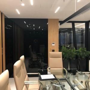czarne panele szklane w sali konferencyjnej