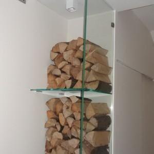 Szklana zabudowa na drewno do kominka